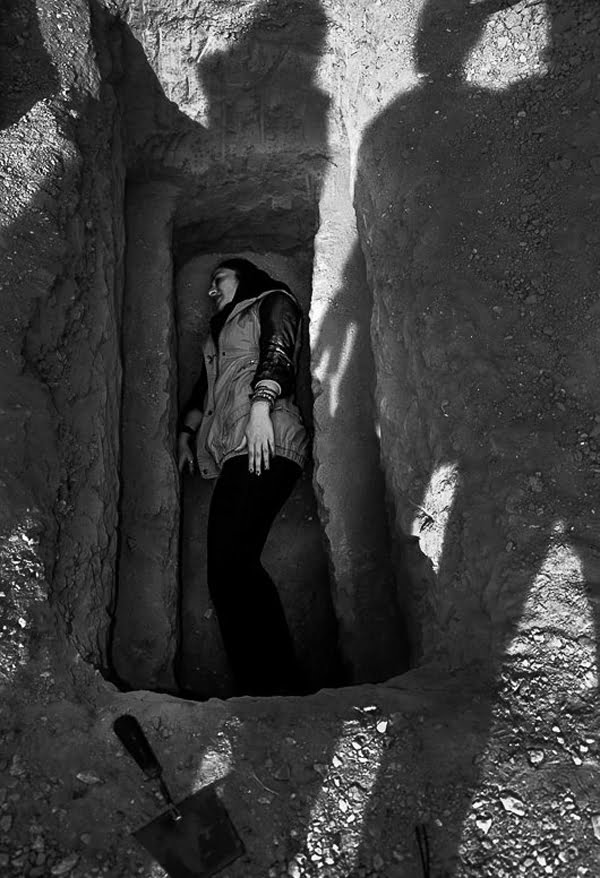 پرفورمنس آرت: خوابیدن در قبر