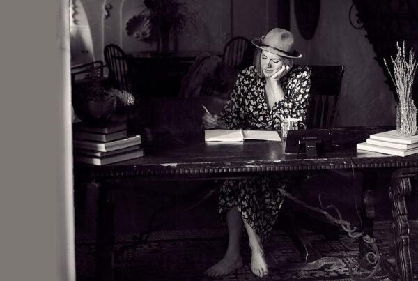 برقراری رابطه با نویسنده - عکس از Darius Bashar